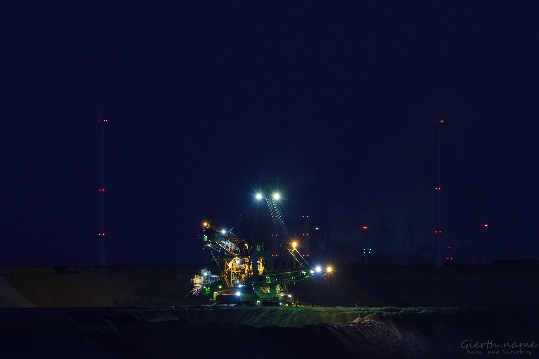 Kraftwerke im Hintergrund