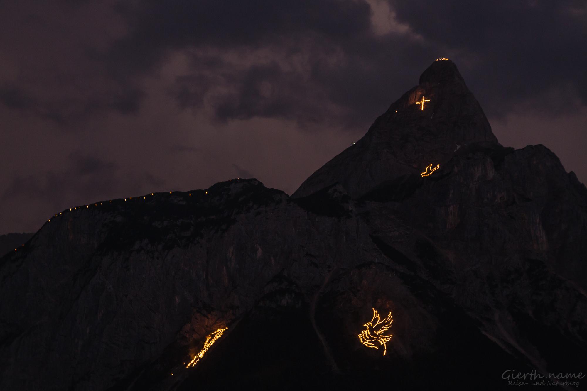 Berg und Gipfelfeuer