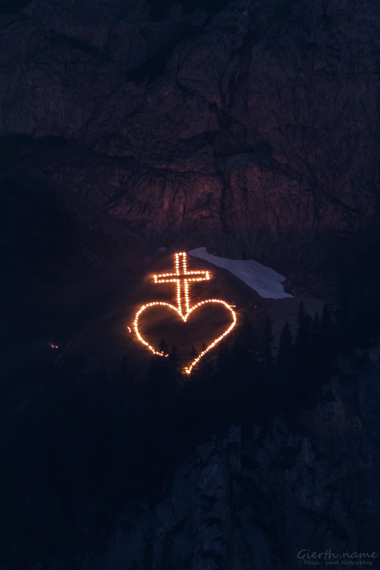 Kreuz mit Herz auf der Alm