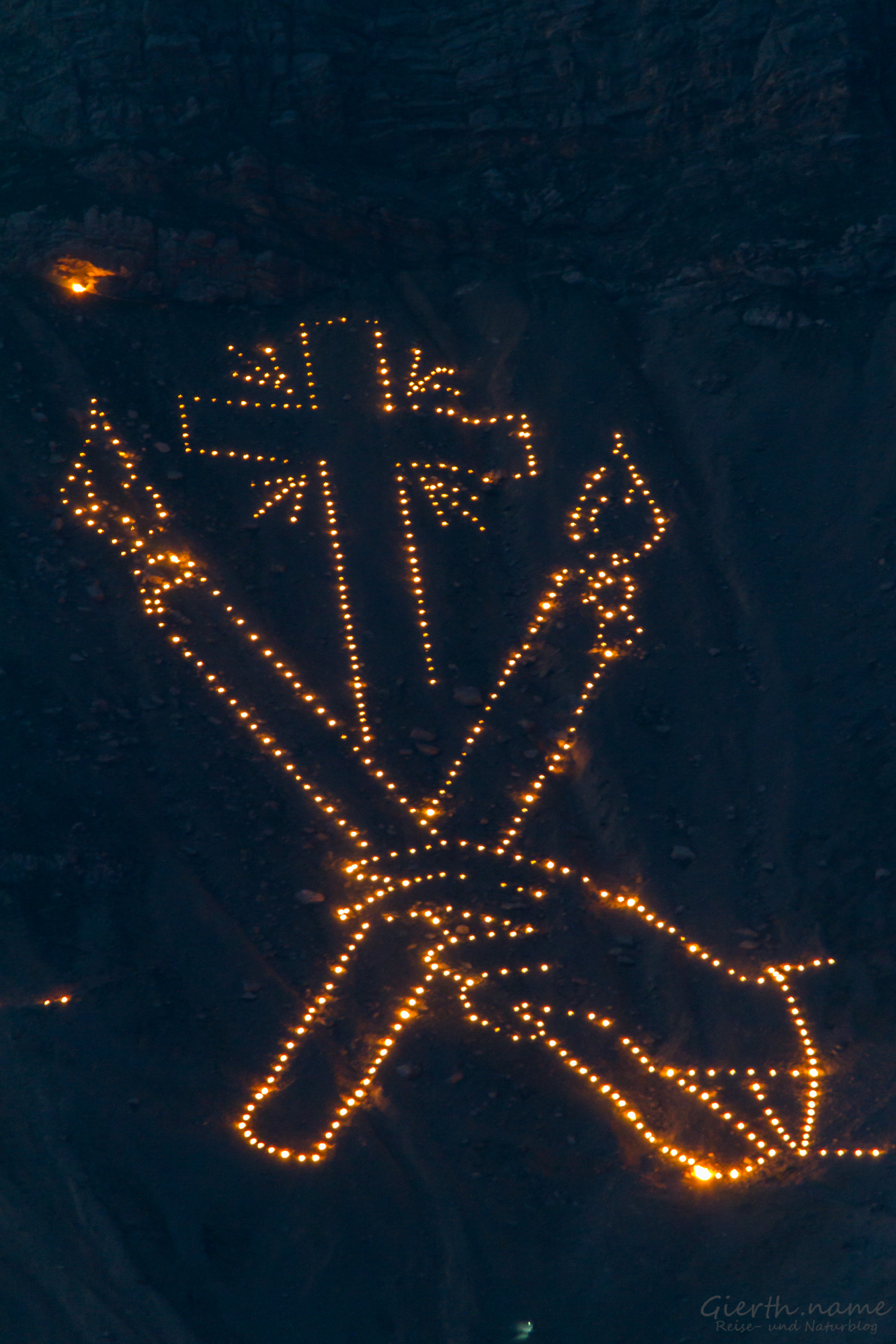 Kreuz mit Kerzen und Hand