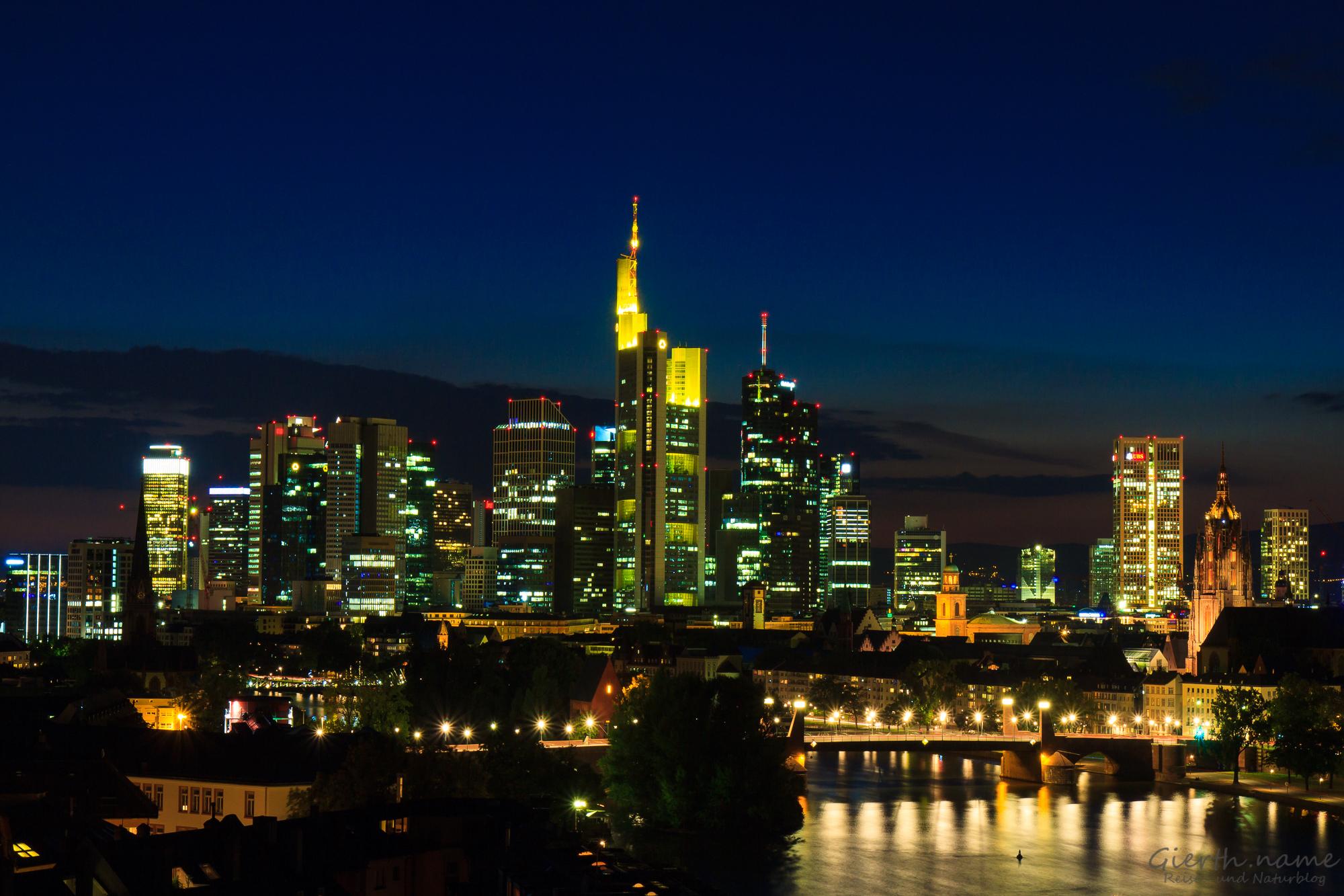 Frankfurt Mainhatten bei Nacht vom Lindner Mainplaza fotografiert