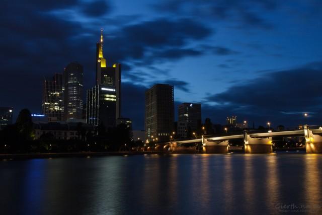 Skyline zu blauen Stunde