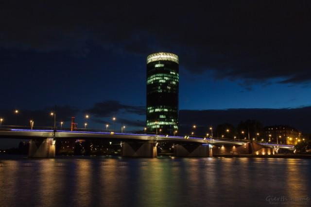 Westhafen-Tower bei Nacht