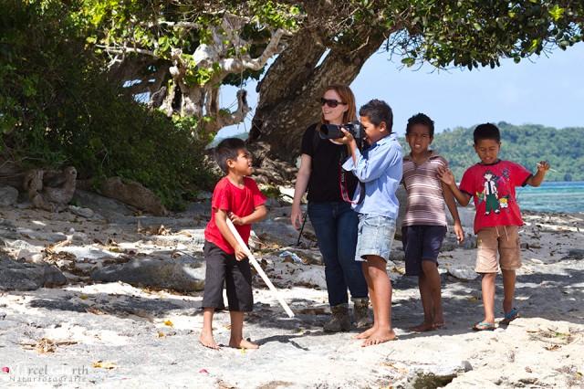 Tongas Jugend zeigt Interesse an Jules Kamera